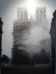 Façade de la cathédrale lors de l'incendie