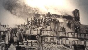 La cathédrale en feu vue de loin