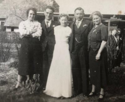 Pepere est entouré de sa soeur Germaine, Mémère de ses parents Ernest et Germaine